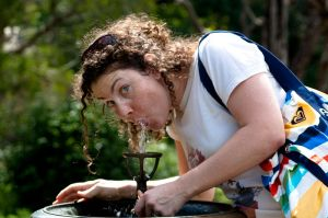 800px-woman_drinking_from_a_water_fountain_-royal_botanic_gardens_sydney_australia-18feb2009