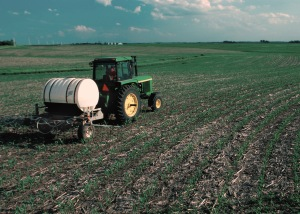 Fertilizer_applied_to_corn_field-USDA